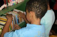 criancas-manuseiam-livros-de-biblioteca-comunitaria-implantada-em-santa-luzia-(mg)