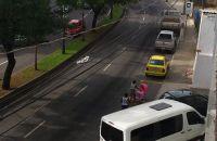 impedida-de-seguir-pela-calcada-mulher-com-carrinho-de-bebe-passa-pelo-asfalto