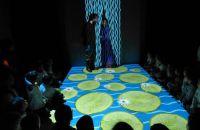 criancas-interagem-com-luzes-e-cores-exibidas-durante-a-peca-mergulho