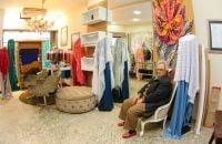 a-frente-da-loja-da-seda-rosangela-trabalha-com-tecidos-de-luxo