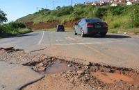 buraco-ocupa-grande-extensao-da-via-no-nova-germania-marcelo-ribeiro02-04-16