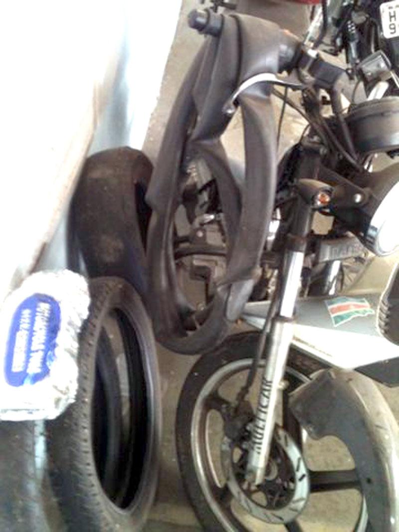 Pelo menos duas motocicletas estão sem condições de uso