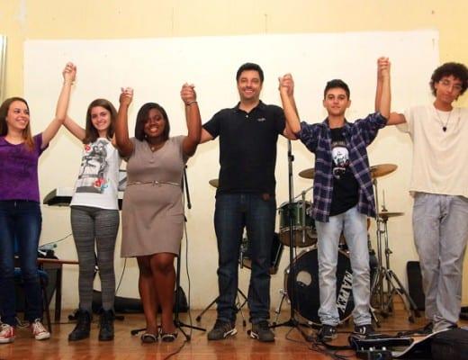 Professor Luís Fernando Risan (de preto) comemora resultados positivos com estudantes da E. E. Francisco Bernardino