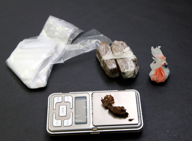 Balança de precisão, maconha e embalagens foram encontradas na casa do suspeito de 19 anos (Foto: Fernando Priamo/17-04-15)