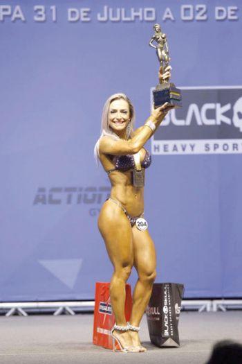 Luciana exibe o troféu conquistado no DF (Fernando Trancoso/divulgação)
