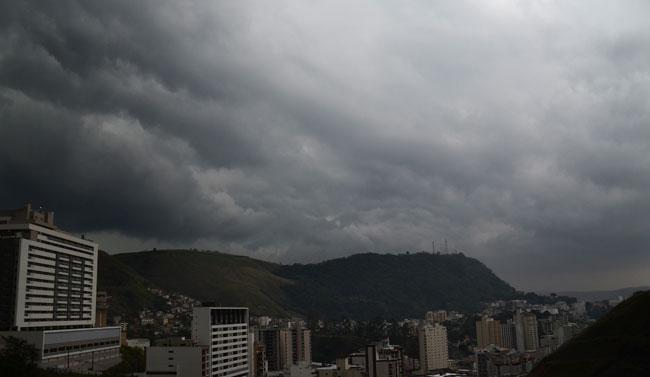 Nuvens carregadas escureceram o céu da cidade nesta quinta (Foto: Roberto Fulgêncio/22-10-15)