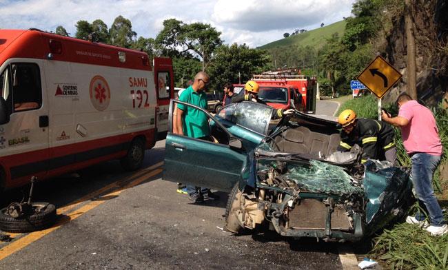 Batida frontal aconteceu na altura do Bairro Vila Ideal (Foto: Fernando Priamo/14-12-15)