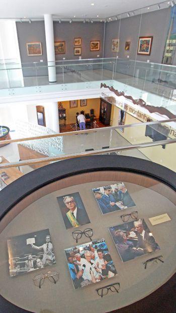 Exemplares de óculos de Itamar dispostos no segundo andar, onde terá exposições temporárias (no fundo)