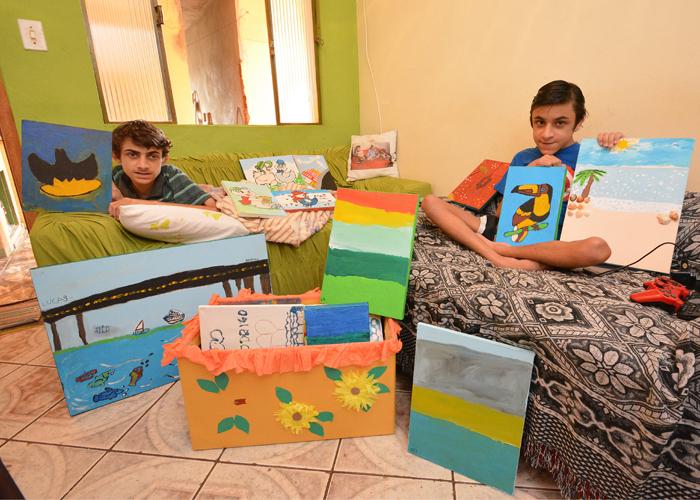 Lucas e Rodrigo pintaram cerca de cem quadros, que agora serão vendidos (Foto: Marcelo Ribeiro)