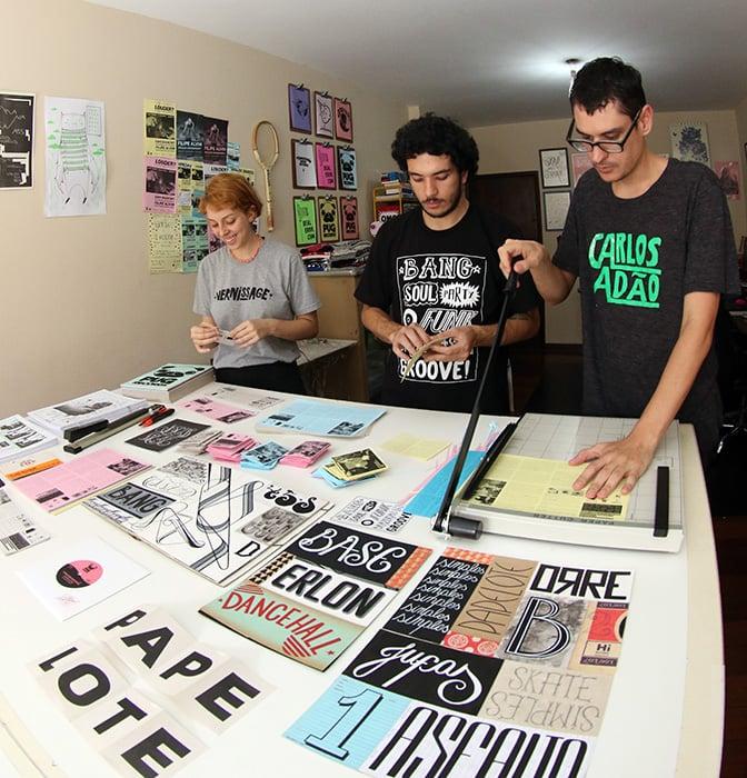 Turma da Papelote Press trabalha para terminar novas edições dos zines de bolso até março, quando acontece a Feira Plana (Foto: Fernando Priamo)