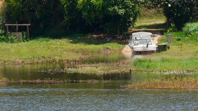 No entorno da Represa João Penido, há dezenas de construções próximas do manancial. Acessar o lago, que é a principal fonte de abastecimento de Juiz de Fora, é fácil (foto: Marcelo Ribeiro)