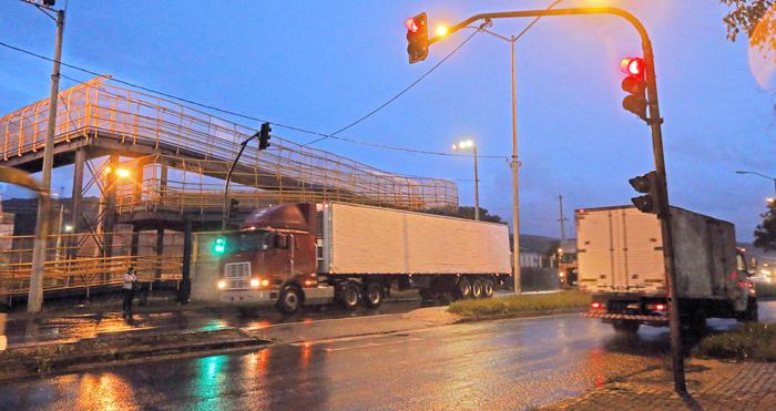 Caminhão avança sinal vermelho (Foto: Leonardo Costa)