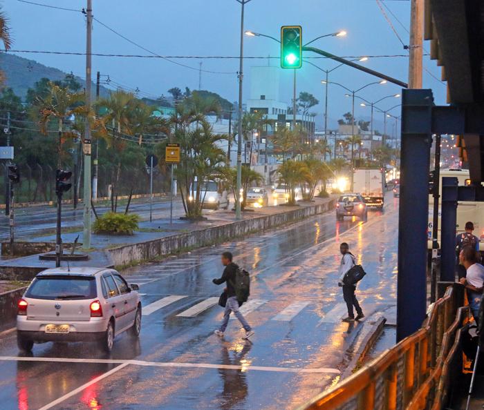 Tribuna flagrou pedestres se arriscando com o semáforo aberto (Foto: Leonardo Costa)