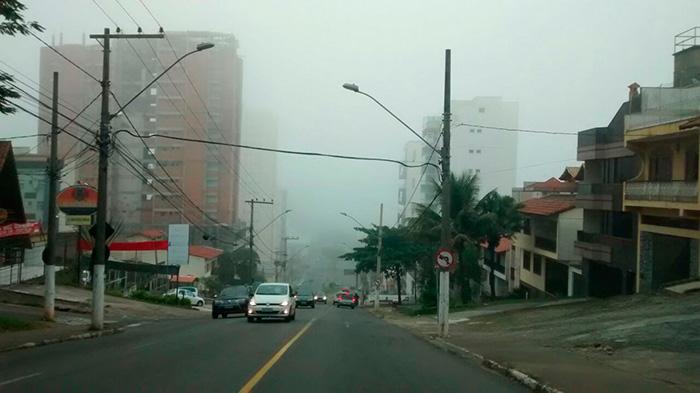 Pouco antes das 9h, o repórter Eduardo Valente registrou, da Garganta do Dilermando, uma foto que mostra a Avenida Rio Branco encoberta pela cerração.