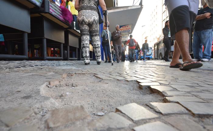 Calçadas Quebradas são um obstáculo a mais para os pedestres que já têm dificuldades em se locomover na avenida (Foto: Marcelo Ribeiro)