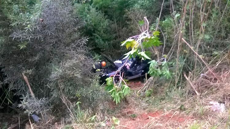 Hyundai i30 caiu em uma ribanceira (Foto: Divulgação PRF)