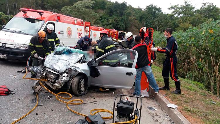 Celta onde viajavam cinco pessoas ficou destruído (Foto: Divulgação PRF)